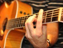 Как заработать, играя на гитаре?